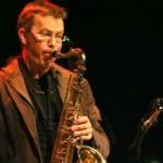 Johan Henningsson spelar sax