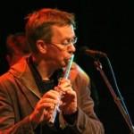 Johan Henningsson spelar flöjt